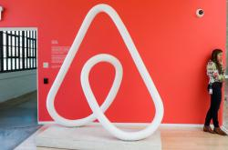 Znak společnosti Airbnb v sídle v San Franciscu