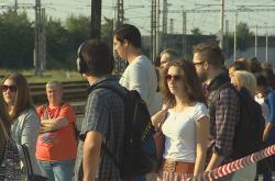Lidé čekají na provizorním nástupišti v Horních Heršpicích na vlak