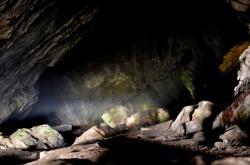Jeskyně Lidomorna pod skalním masivem u obce Holštejn