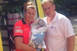 Záchranářka Jitka Jágrová s čerstvě narozeným chlapcem