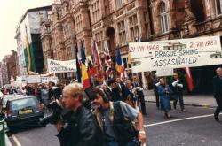 Protest k dvacátému výročí invaze v roce 1988 v Londýně