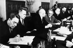 Leonid Brežněv podepisuje moskevské protokoly