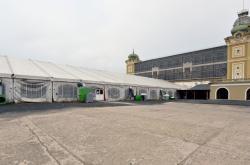 Vyhořelé křídlo Průmyslového paláce nahradil stan