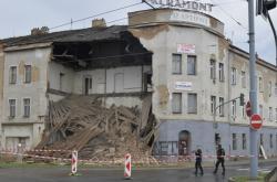 V Plzni u hlavního vlakového nádraží se zřítila část neobydleného domu