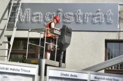 Na budově třinecké radnice se objevila tabule s označením Magistrát města Třince