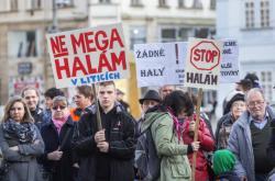Demonstrace proti průmyslové zóně v Liticích v březnu 2017