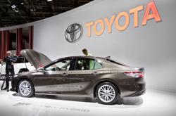Nová Toyota Camry Hybrid na Mezinárodní autosalonu v Paříži.