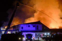 Požár výrobní haly v Lysé nad Labem