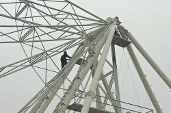 Na Moravském náměstí dělníci staví ruské kolo