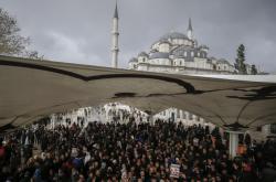 Modlitba za Chášakdžího v istanbulské mešitě Fatih