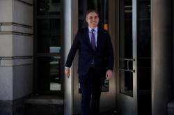 Acosta odchází od soudu poté, co soud nařídil Bílému domu vrátit reportérovi akreditaci