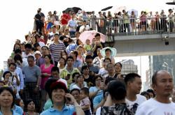 Lidé sledují oslavy konce druhé světové války v Pekingu