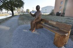 Lavička s J. A. Baťou na nábřeží Moravy v Uherském Hradišti