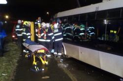 V horních počernicích se srazil autobus s nákladním vozem