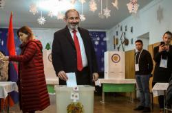 Nikol Pašinjan ve volební místnosti v Jerevanu