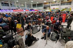 Cestující na uzavřeném letišti Gatwick
