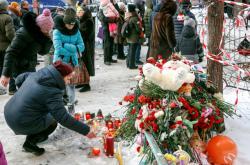 Obyvatelé Magnitogorsku nosí k místu tragédie svíčky či květiny