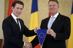 Rumunský prezident Iohannis (vpravo) přebírá předsednictví od rakouského kancléře Kurze