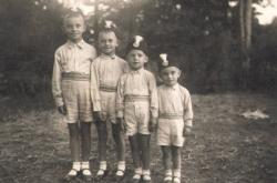 Božetěch Kostelka (třetí zleva) s bratry