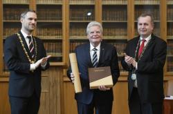 Bývalý německý prezident Joachim Gauck (uprostřed) s pražským primátorem Zdeňkem Hřibem a rektorem Univerzity Karlovy Tomášem Zimou (vpravo)