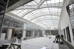 Dělníci dokončují interiér pasáže Jalta