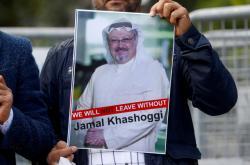 Demonstrant drží Chášakdžího portrét během protestu před saúdským konzulátem v Istanbulu