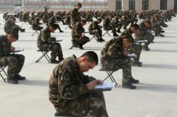 Čínští policisté v Sin-ťiangu skládají test z politické teorie