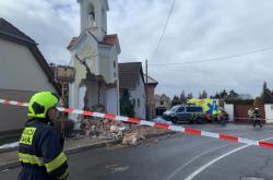 Kamion poničil v Sobíně kapličku se zvoničkou