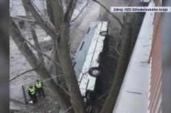 Autobus pod silnicí v Mělníku