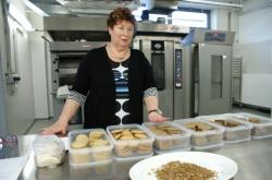 Viera Šottníková představuje sušenky z mláta