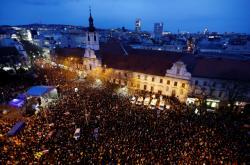 Zaplněné bratislavské náměstí SNP