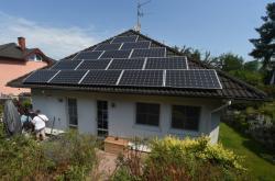 Dům se solárními panely na střeše