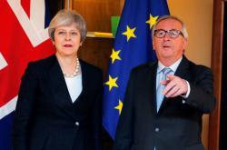 Theresa Mayová a Jean-Claude Juncker ve Štrasburku