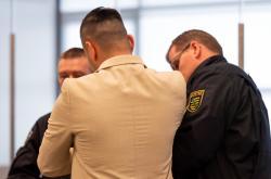 Obžalovaný Alá S. s policisty u soudu v Drážďanech