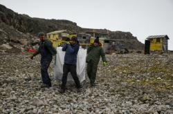 Členové  expedice CzECO Nelson sbírají odpadky na Antarktidě