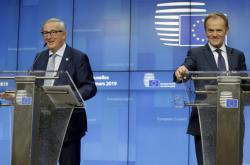 Předseda Evropské komise Jean-Claude Juncker s předsedou Evropské rady Donaldem Tuskem během prvního dne summitu