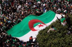 Protesty v Alžírsku sílí