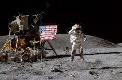 John W. Young na Měsíci