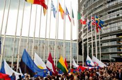 Vztyčování vlajek přistupujících zemí u budovy Evropského parlamentu ve Štrasburku, kde se slavil 3. května vstup deseti nových zemí do Evropské unie.