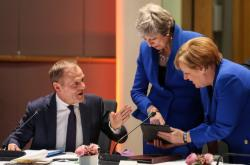 Donald Tusk, Theresa Mayová a Angela Merkelová na summitu