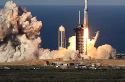 Raketa Falcon Heavy úspěšně absolvovala první komerční let