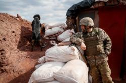 Ukrajinský voják hlídkuje na frontě poblíž města Bachmut