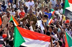 Súdánští demonstranti slaví odchod Avada ibn Aufa z čela dočasné vojenské rady