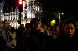 Lidé sledují požár katedrály Notre-Dame v srdci Paříže