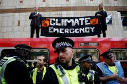 Policie při ekologických protestech v Londýně zadržela už na 400 lidí