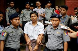 Zadržení novináři Reuters Kyaw Soe Oo a Wa Lone v doprovodu policie