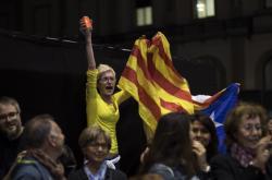 Příznivci katalánských separatistů v Barceloně oslavují výsledky voleb