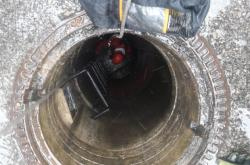 Potápěči hledají dělníka, který spadl do kanalizační stoky