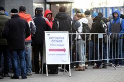 Fronta na odevzdání žádosti o kotlíkovou dotaci v Olomouci v roce 2016
