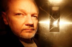Assange odchází ve středu od soudu, který po potrestal za porušení podmínek kauce